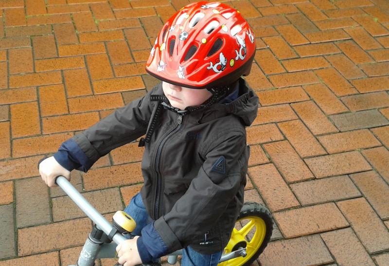 Kind mit Fahrradhelm mit Kinderhelm