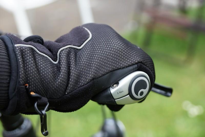 Fahrradhandschuhe an ergonomischen Fahrradgriffen umgreifen den Griff