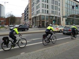 Fahrradpolizei - Drei fahrradpolizisten mit Sicherheitsjacke