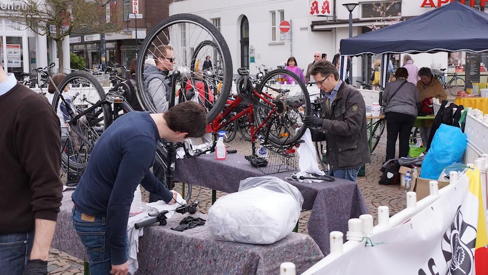 Junge Männer putzen Fahrräder