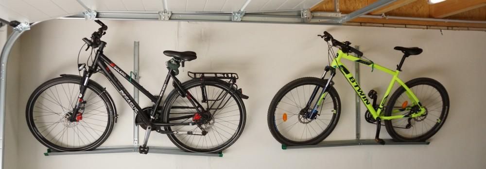 Zwei Wandhalterungen mit Fahrrädern